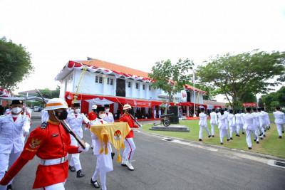 Bupati Ipuk Pimpin Upacara Penurunan Bendera Merah Putih di Halaman Kantor Bupati Banyuwangi